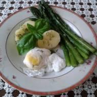 Jajko w koszulce z ziemniakami i szparagami