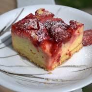 Sezon na truskawki już w pełni, dlatego dzisiaj proponuję Wam przepis na pyszny sernik z truskawkami!