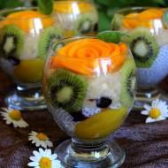 Owocowy deser z szałwii hiszpańskiej (nasion chia) z kwiatami z brzoskwiń