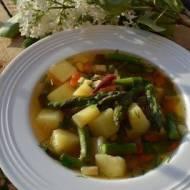 Wiosenna zupa ze szparagami i botwinką