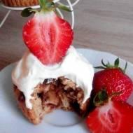 Czekoladowe muffiny z bitą śmietaną i truskawkami