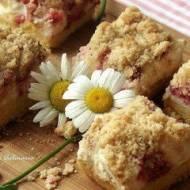 Kruche ciasto z truskawkami, budyniową pianką i kokosową kruszonką