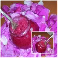 Aromatyczne płatki róży ucierane z cukrem
