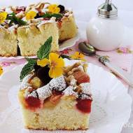 Ciasto z mascarpone rabarbarem i truskawkami