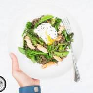 Makaron gryczany ( soba ) z kurczakiem, szparagami i jajkiem w koszulce.