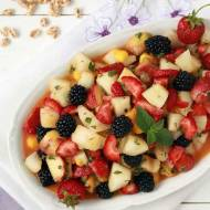 Sałatka z owoców tropikalnych z naturalnym sokiem z truskawkami i jeżynami