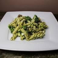 Makaron z pesto bazyliowym i brokułami