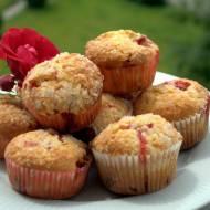 Muffiny z truskawkami, białą czekoladą, czyli pomysł na szybki deser :)