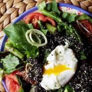 Sałatka z mniszkiem i czarną quinoą