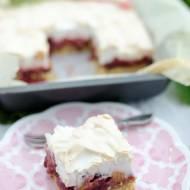 Ciasto z bezą i owocami