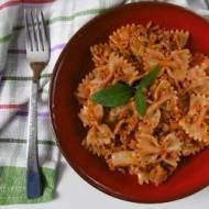 Makaron z mięsem mielonym i młodą kapustą w sosie pomidorowym