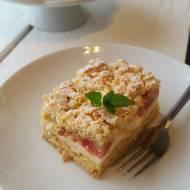 Ciasto kruche z budyniową pianką rabarbarem i truskawkami