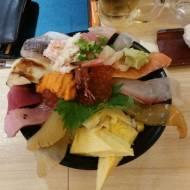 Sashimi z surowej ryby i owoców morza