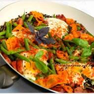 Czarna soczewica z warzywami i jajkiem