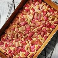 Ciasto ucierane z rabarbarem na kremówce