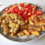 Pierś kurczaka z frytkami z batata, pomidorem i liofilizowaną kukurydzą