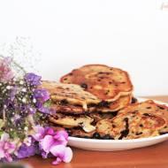 Orkiszowo-pszenne placuszki z jagodami i czekoladą.