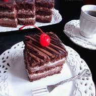 Czekoladowe Ciasto ze Śmietanowym Kremem Czekoladowym, Bitą Śmietaną i Wiśniami - Przysmak Szwarcwaldzki