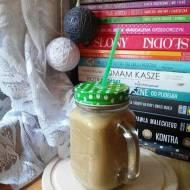 Karmelowa zimna kawa latte