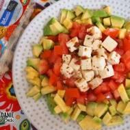 Błyskawiczna lekka sałatka z serem śródziemnomorskim i awokado