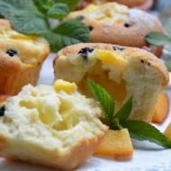 Muffinki cytrynowe na białkach z mascarpone i owocami