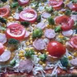 Pizza na cieście razowym z brokułem,kiełbasą i kukurydzą