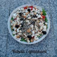 Rukola z mozzarellą i grzankami