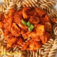 Razowy makaron z indykiem z pastą z pieczonej papryki i suszonych pomidorów