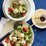 Sałatka fattoush z bobem, fasolką szparagową i labneh