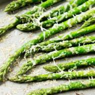 Szparagi pieczone z parmezanem -  fantastyczna przekąska.
