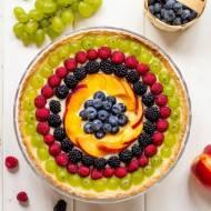 Tarta z kremem waniliowym, owocami lata i galaretką z białego wina
