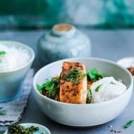 Pieczony łosoś z warzywami i makaronem ryżowym