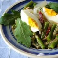 Sałatka z fasolki szparagowej, rukoli i jajka.