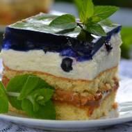 Ciasto biszkoptowe z kajmakiem , bitą śmietaną z ricottą i jagodami pod galaretką