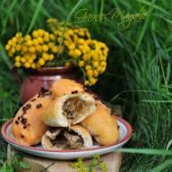 Rustykalne bułki z kapustą i grzybami leśnymi