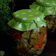 Sałatka z ogórkówi papryki do słoików na zimę