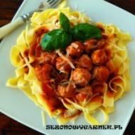 Tagliatelle z pulpetami w sosie pomidorowym
