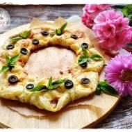 Wianek z ciasta francuskiego i parówek