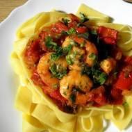 Krewetki w sosie pomidorowo-paprykowym.