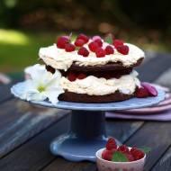 Tort czekoladowy z bezą i malinami