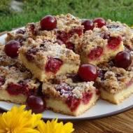 Kruche ciasto z wiśniami i orzechową kruszonką