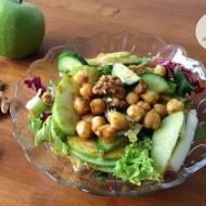 Zdrowa sałatka z jabłkiem i cieciorką