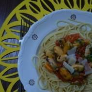 Spaghetti z mulami w białym winie i pomidorach