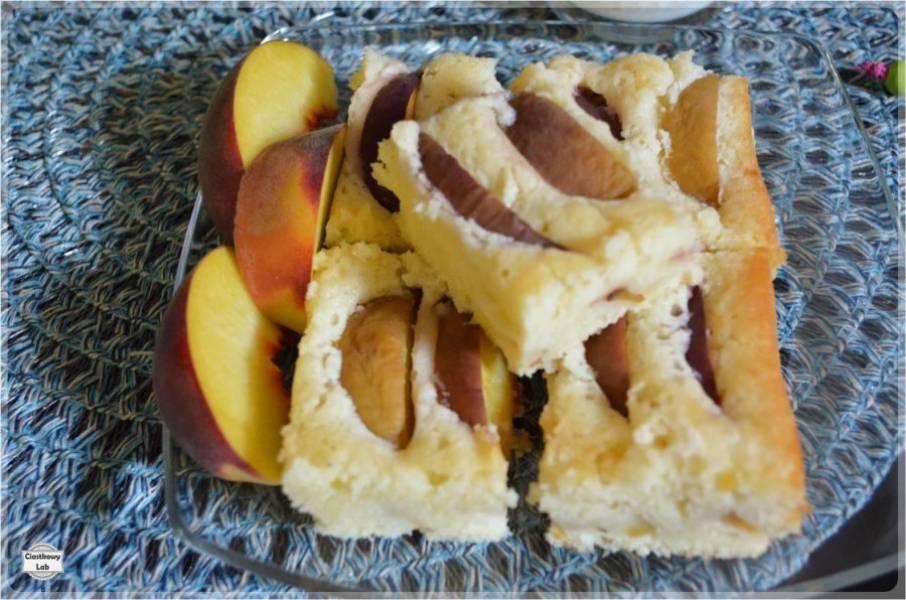 Proste ciasto na maślance z brzoskwiniami