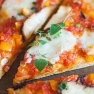 Pizza z pomidorami malinowymi, papryką i wędzonym serem