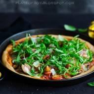 Pizza z sosem pomidorowym, bakłażanem, szynką dojrzewającą i oliwkami