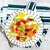 Wstążki cukinii z łososiem i limonkowym dressingiem