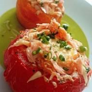 jajka zapiekane z pomidorach z łososiem i serem wędzonym