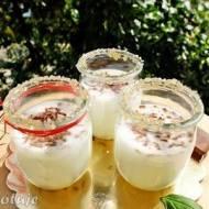 Napój jogurtowy z wodą kokosową i czekoladą (straciatella)