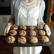 Pełnoziarniste muffiny z jeżynami, malinami i płatkami kukurydzianymi, czyli zdrowie i smak w jednym
